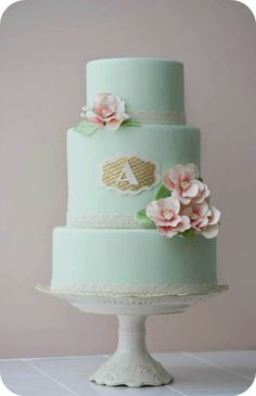 Monogrammed wedding cake although surely it should have 2 letters?!