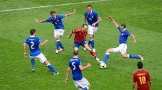 合成ではありません。囲まれるイニエスタその1。Andrés Iniesta vs Italy, EURO2012