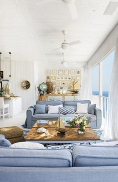 21 Insanely Gorgeous Hamptons Style Living Rooms to Inspire You room styling hamptons 21 Insanely Gorgeous Hamptons Style Living Rooms to Inspire You Salon Hamptons, Hamptons Living Room, Les Hamptons, Beach Living Room, Coastal Living Rooms, Home Living Room, Living Room Designs, Living Room Decor, Beach Cottage Decor