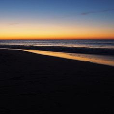 【je2016suis】さんのInstagramをピンしています。 《真っ直ぐ押し寄せて来る波も。 空と同じ#黄金色 に。 . #海 #sea #mer #海岸 #beach #波 #wave #vague #朝 #morning #matin #朝焼け #空 #sky #ciel #景色 #風景 #landscape #paysage #愛知 #豊橋》