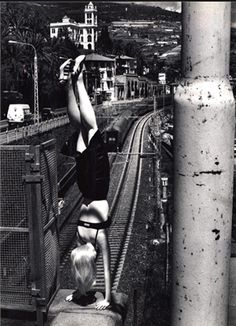 ><  By Helmut Newton, December 1996, Vogue Italia --  The Power of Pinning!