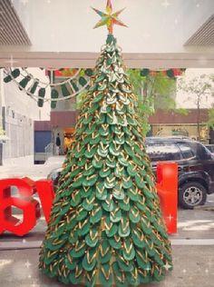 Havaianomaniacos: A árvore de natal de havaianas Recycled Christmas Tree, Xmas Tree, Christmas Trees, Christmas Decorations, Christmas Ornaments, Holiday Decor, Alternative Christmas Tree, Harvey Specter, Christmas Is Coming