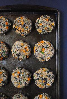 Leicht gebackene schwarze Bohne Burger Quinoa, die mit pflanzlichem Eiweiß gefüllt sind und perfekt für die End-of-the-Sommer Cookouts!