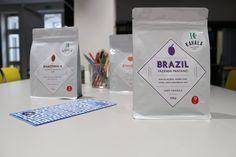 BRAZÍLIA - FAZENDA PANTANO (farma) Pôvod kávy z brazílskej oblasti Cerrado, Minas Gerais. Mierna acidita, sladká chuť, slivka a plné čokoládové telo. Zber 2014. Odroda Yellow Catuai, Icatu, Uva. Spracovanie suché / pulped natural. Nadmorská výška 1150 m. Producent kávy The Ferrero family. Certifikát Rainforest Alliance.
