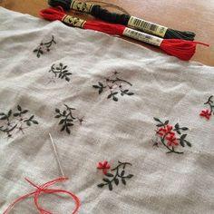 2014.9.17 . Jeu de Fils のキットを刺してるところなのですが、意外とバリオンst.で苦戦中。 . 三分の一くらい刺したけど気に入らず、またやり直し中です(´・_・`) . #embroidery #刺繍 #linen