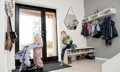 Enkle steg til en praktisk og ryddig gang Life Organization, Open Plan, Wardrobe Rack, Cool Pictures, Beautiful Pictures, Activities For Kids, Entrance, Entryway, Desk