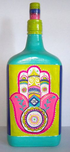 botella cuadrada pintada mano con mucho color y pintura relieve,  con mano hamsa o mano de fatima