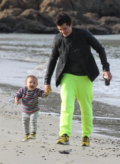 Orlando Bloom and son Flynn enjoy some beach time. Click to see more celeb dads! (Splash News)
