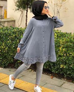 Stunning Button Front Tunic Outfit Ideas for Hijabies Girls Hijab Style & Hi İslami Erkek Modası 2020 Muslim Women Fashion, Modern Hijab Fashion, Street Hijab Fashion, Arab Fashion, Fashion Wear, Modest Fashion, Fashion Outfits, Hijab Style Dress, Casual Hijab Outfit