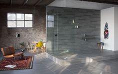 Badkamertegels van Mosa, opgebouwd uit tegels in drie verschillende tinten grijsgroen. Van donker tot licht. Door deze variatie in kleur ontstaat een levendige vloer of wand met een natuurlijke uitstraling.