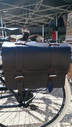 Bicicleta Via Veneto con alforja trasera de cuero de FSBike modelo Oxford Ride II Premium en color Dark Brown
