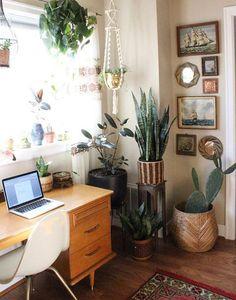 Des plantes vertes dans son bureau pou une ambiance relaxante  #déco #bureau #homeoffice #freelance #entrepreneurs #blogueur #designinspiration #décoration #organisation #rangement