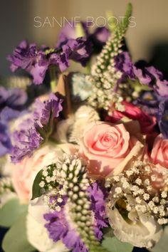 #Close-up van een #zomers #bruidsboeket. #trouwen #bruidspaar #bruidsbloemen #bloemen #scabiosa #veronica #roos #schelpen #drijfhout