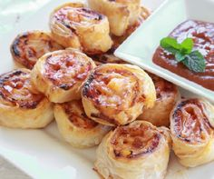 Výborné pizza slimáky s ananásom. Strudel, Tapas Recipes, Cooking Recipes, Dessert Recipes, New Zealand Food And Drink, Pizza Pinwheels, Middle East Food, Save On Foods, Pizza Ingredients