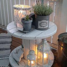 Une table d'appoint pour une ambiance cosy et romantique. Avec un simple touret poncé et repeint ! Joli non ? Bonne journée à tous                                                                                                                                                                                  Plus
