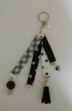 porte clef bijou de sac grigri  porte bonheur noir blanc  tissu Tassel Bookmark, Beaded Bookmarks, Resin Jewelry, Diy Jewelry, Jewellery, Diy Keychain, Diy Arts And Crafts, Craft Gifts, Church Crafts