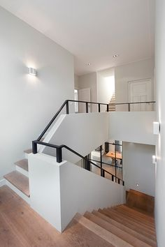 Wooden stairs narrow lines white walls and ramps combined black and white mo . Wooden stairs narrow lines white walls and ramps combined black / white Modern Staircase narrow woo Staircase Handrail, Staircase Design, Stair Railing, Black Railing, Railings, Interior Stairs, Interior Architecture, Interior Design, Modern Stairs