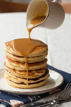 Peanut Butter Lovers' Pancakes: Start your day with a double-dose of peanutty deliciousness - thick, fluffy flapjacks flavoured with peanut butter, plus an easy Maple-PB syrup to drizzle on top. Chunky Peanut Butter, Vegan Peanut Butter, Chocolate Peanut Butter, Chocolate Fudge, Peanut Butter Drizzle Recipe, Peanut Butter Snacks, Healthy Chocolate, Butter Recipe, Crepes