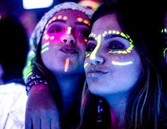 party Outfit neon make up néon maquillage Glow Party Outfit, Neon Party Outfits, Easy Birthday Party Games, Kids Party Games, Christmas Party Themes, Halloween Party Decor, Party Make-up, Party Ideas, Rave Makeup