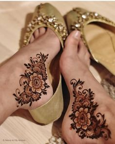 Jewelry to fit every bride's taste ⭐ Own their impressive creations with pride and heads will turn gold plated silver… Modern Henna Designs, Henna Tattoo Designs Simple, Mehndi Designs Feet, Beginner Henna Designs, Latest Bridal Mehndi Designs, Legs Mehndi Design, Full Hand Mehndi Designs, Henna Art Designs, Mehndi Designs For Girls
