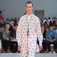 Необычная коллекция➡️➡️➡️ Alexander McQueen весна 2018 @Alexander McQueen  А что думаешь ты?   #style4man_com #fashion_style4man_com #мужскаямода #мужскаямода2018 #mensfashion #mensfashion2018 #fashionweek2017 #menshorts #menshirts