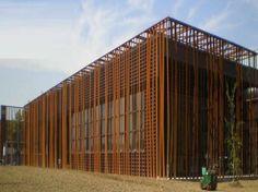 5d2e5ab07c6827fdc517b24141291d16 Metal Facade, Metal Roof, Brick Architecture, Unique Architecture, Steel Cladding, Steel House, Brick And Stone, Facade Design, Building Design