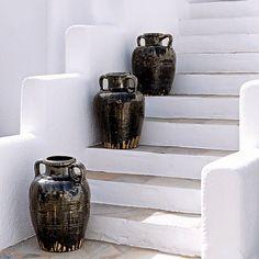A minimalist decor - Marie Claire San Giorgio Mykonos, Staircase Architecture, Black And White Beach, Deco Boheme, Urban Farmhouse, House Stairs, Hotel Interiors, Minimalist Decor, White Decor