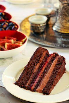 Wir lieben die Kombination aus Schokolade und Früchten. Deswegen gehört diese Torte zu unseren Lieblingen. Der Boden ist ein feuchter Schokokuchen, der schnell und einfach in der Herstellung ist und Wochen vorher zubereitet werden kann. Die Frucht-einlage kann individuell zubereitet werden, je nach Lieblingsobstsorte. Zudem könnt ihr die Einlage mit verschiedenen Arten von Gelatine herstellen – nahezu alle davon findet ihr in diesem Rezept. Ljubitelji smo kombinacije čokolade i voća. Zato je…