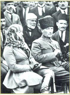 Mustafa Kemal Atatürk ve eşi Latife Hanım. Türkiye Cumhuriyeti'nin ilk Cumhurbaşkanı...