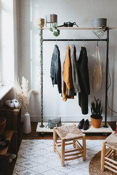 DIY : un portant à vêtements en acier – Carnet de printemps (hack ripaton) Hanging Clothes Racks, Diy Clothes Rack, Wardrobe Closet, Diy Dress, Creative Home, My Room, Sweet Home, Bedroom Decor, House Styles