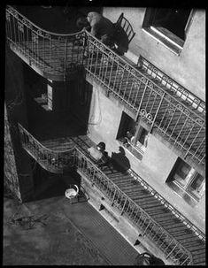 Szerző:Kinszki Imre (1901-1945)  Cím:[Pihenő lakók egy zuglói ház gangján] [Fénykép] : [felülnézet]  Dátum:[1930-as évek] Budapest, Retro Vintage, Louvre, Stairs, Building, Photography, Travel, Utca, Shadows