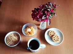 Colazione con cereali biscotti frutta e tè  breakfast spring flower cookies tea cereal fruit fit fitness
