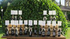 Botellas de vino con pizarra y números  pintados a mano con detalle de cinta en croché. Wine bottles with chalk paint and numbers in white. DIY. More than Events for Finca El Campillo