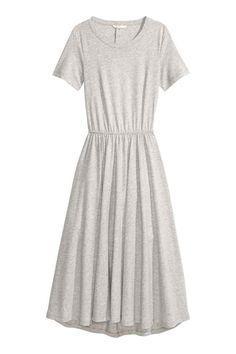 Dżersejowa sukienka: Sukienka do połowy łydki z bawełnianego dżerseju. Krótki rękaw, z tyłu rozcięcie z zatrzaskami na karku. Elastyczne odcięcie w talii i szeroki dół.
