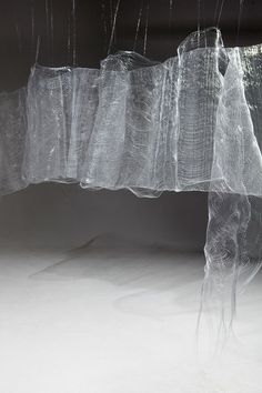 Use tissue paper painted with pva solution, or strengthen with vliesofix or misty fuse (Liliya Sotirova) Bühnen Design, Sculpture Art, Sculptures, Art Public, Instalation Art, Modernisme, Stage Design, Textile Art, Fiber Art
