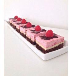 Brownie Cheesecake med Hindbær  Dette er stadig den aller mest besøgte opskrift på bloggen - og den er FANTASTISK!  #tinesverden #brownie #cheesecake #hindbær #raspberry #kage #cake #hummingbird #chocolate #opskrift #dessert