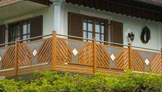 Alpine Balkonidee Kitzbühel mit individuell auswählbaren Dekorelementen. Pflegeleichtes Aluminium in Holzoptik. #Guardi #Österreich #Aluminium #Alu #Aluminiumgeländer #Balkon #Balkongeländer #Altenmarkt #klassisch #Geländer #Holzoptik #landhausstil #balkonidee Balcony Grill Design, Balcony Railing Design, Deck, Outdoor Decor, Railing Ideas, Home Decor, Wallpapers, Wood, Garden Arbor