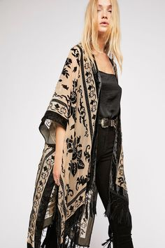 Magic Dance Kimono from Free People. A Lightweight Free People Kimono featured in a colorful pattern with a border print. View 10 Ways to Wear this kimono! Mode Outfits, Fall Outfits, Fashion Outfits, Womens Fashion, Fashion Tips, Fashion Trends, Fashion Ideas, Fashion 2016, Street Fashion