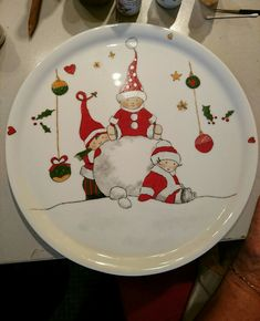 Paint on plates too Christmas China, Christmas Dishes, Christmas Art, Christmas Decorations, Christmas Ornaments, Xmas, Pottery Painting, Ceramic Painting, Ceramic Art