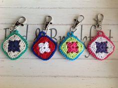 gehaakte sleutelhanger Crochet Hook Case, Crochet Pouch, Crochet Keychain, Crochet Granny, Cute Crochet, Crochet Stitches, Crochet Hooks, Knit Crochet, Crochet Earrings