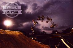 Disfruta de esta editorial extrema con el Rider AlejoDuran #bmx y @camisetascubica #cubicaextreme