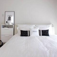 お部屋の色はあまり沢山使わずに、ベースカラー・メインカラー・アクセントカラーの3色程度を基本にすると雰囲気のあるお部屋になります。お部屋を広々と見せたい方は白ベースに、落ち着くお部屋にしたい方はトーンの低いカラーを基調にするといいですよ。