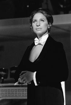 Barbra Streisand: pajarita con escote