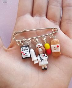 Description Cute nurse or doctor pin with charms created from polymer clay without using molds.A nice gift idea for a nursing student, instructor or for a special doctor.The lenght of the metallic pin is 6 cm. Each charm measure 1 to 2 cm. Cute Polymer Clay, Fimo Clay, Polymer Clay Charms, Clay Projects, Clay Crafts, Fimo Kawaii, Nursing Pins, Ob Nursing, Nurse Badge