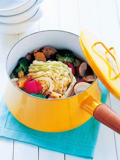 野菜不足解消メニュー! あさりのだしが効いたスープには、大きめに切ってあぶった野菜がたっぷり。|『ELLE a table』はおしゃれで簡単なレシピが満載!
