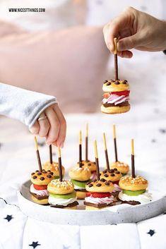 Suesse Mini Burger Rezept mit Schokolade, Fruechten und Mikado #miniburger #mikado #party #fingerfood #burger #suesseburger #brunchrecipes Burger Recipes, Brunch Recipes, Gourmet Recipes, Dessert Recipes, Brunch Food, Pastry Recipes, Party Finger Foods, Snacks Für Party, Homemade Burgers