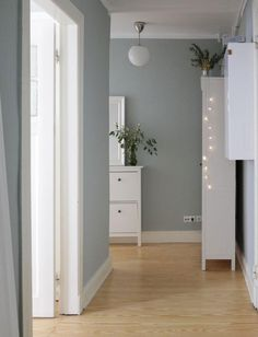 Welche ist die beste Wandfarbe im Flur? – WOHNKLAMOTTE – Keep up with the times. Interior Rugs, Living Room Interior, Kitchen Interior, Interior Design, Living Room Red, Home And Living, Best Wall Colors, Rooms Ideas, Flur Design