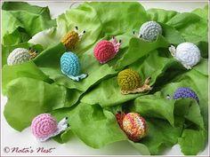 Natas Nest: Little Snails - Free Pattern Amigurumi Queen Crochet Snail, Crochet Patterns Amigurumi, Cute Crochet, Crochet Animals, Crochet Dolls, Crochet Classes, Crochet Projects, Fairy Garden Accessories, Pet Accessories