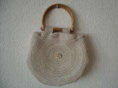 Sommerlich leichte Handtasche mit Bambusgriffen und beigem Innenfutter. Eine Tasche für diese Jahreszeit und schön zu Leinen zu tragen.    UNIKAT