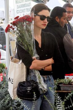 """mood: phoebe tonkin carrying flowers while looking depressed and annoyed"" Vogue, Look Fashion, Fashion Outfits, Womens Fashion, High Fashion, Fashion Tips, Estilo Retro, French Chic, Carrie Bradshaw"